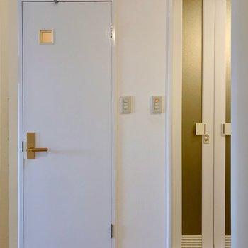 廊下を挟んで向かいにトイレとお風呂。