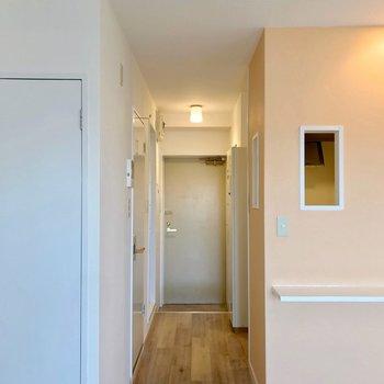 玄関と居室の間に突っ張り棒などでカーテンをしたいなぁ。