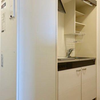 キッチンは電気温水器の隣に。