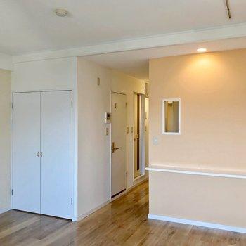 収納は廊下を挟んでキッチンの隣。