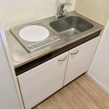 1口コンロです。調理スペースはシンクトレーなどで確保を。