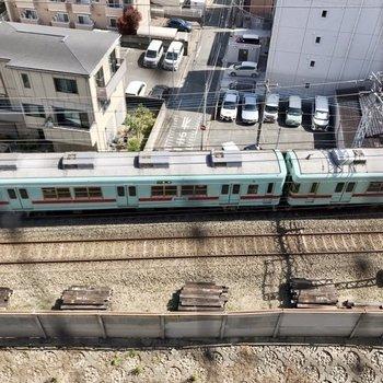 見下ろすと西鉄電車。音が聞こえますが、