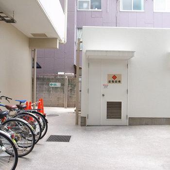【共用部】駐輪場はマンションの裏手に。自転車の出入りは裏口からのみです。