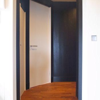 ではでは廊下へ。曲線を描く廊下って地味にめずらしい。