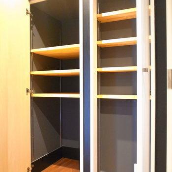 収納、まだあります。こちらは廊下にある戸棚。左が奥行き深め、右が浅めです。