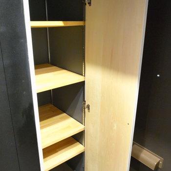 棚板を動かせるので、丈のあるものもしまえます。