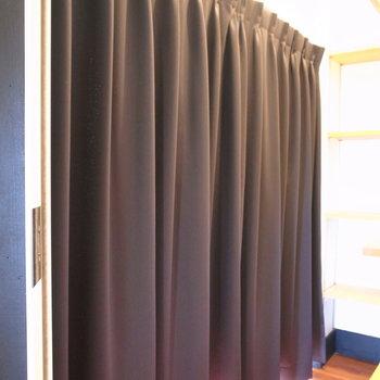 そしてお洋服たちはカーテンで目隠しを。
