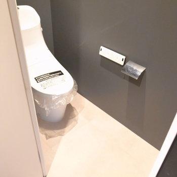 トイレはいたってシンプルですが、ゆとりがあるのでラックなどを置けます。