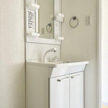 洗面台は独立です○タオル掛もしっかり。