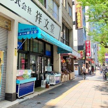 飲食店、昔ながらの商店などがありました。
