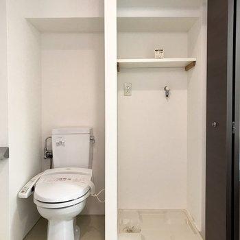 実はトイレも脱衣所に。隣は扉付きの洗濯機置き場でした!