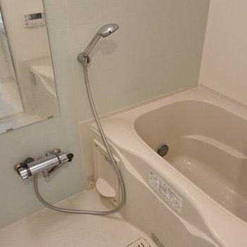 お風呂は追焚も、乾燥機もある!(※写真は1階の同間取り別部屋のものです)