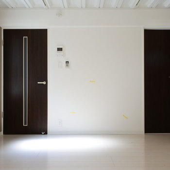 リビングの右の扉を開けると…(※写真は1階の同間取り別部屋のものです)
