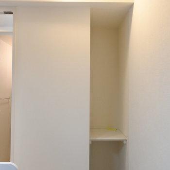キッチン横のこの棚がなにげに重宝する(※写真は1階の同間取り別部屋のものです)