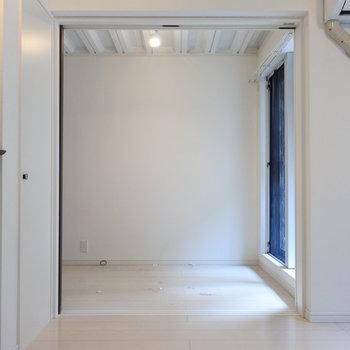 リビング横に3帖の洋室(※写真は1階の同間取り別部屋のものです)