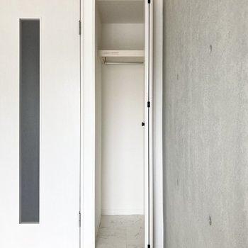 入り口横にはコンパクトなクローゼット。