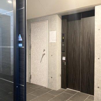 重厚感のあるエレベーター。