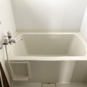 半身浴がしやすそうなバスタブ。