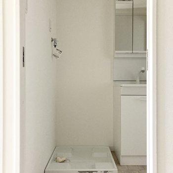 隣の扉を開けると水まわりへ。入り口正面には洗濯機置き場があります。