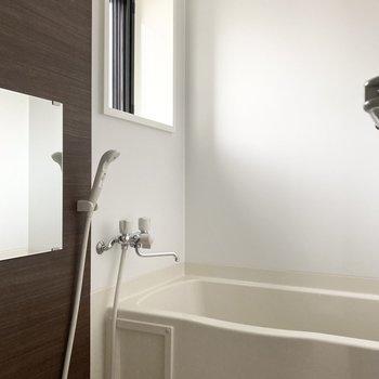 さらに奥にはバスルーム。自然光を浴びながらシャワーを浴びれます。