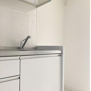 右側には冷蔵庫を置けるスペースがあります。