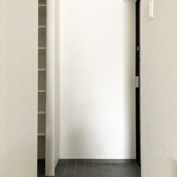 続いて玄関へ。