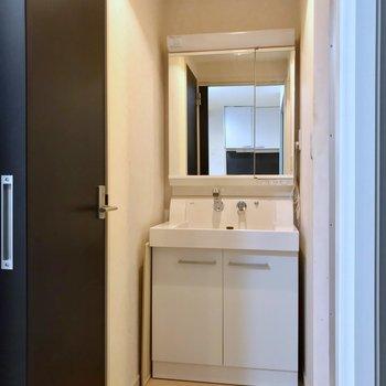 大きな鏡付きの洗面台は、