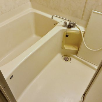お風呂は少しレトロな佇まいですが、