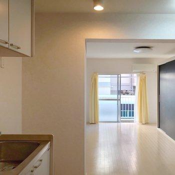 キッチンの先に居室があります。