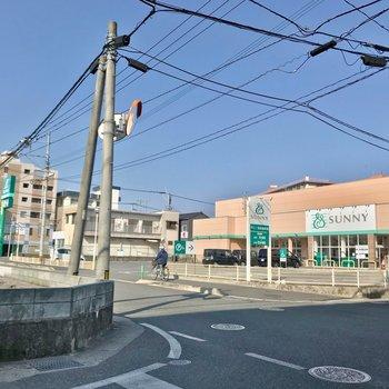 すぐ近くに23時まで営業のスーパー。病院なども近くにあるので安心。