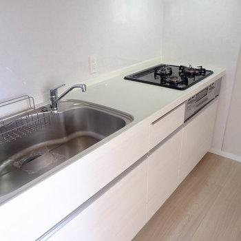 3口コンロのキッチン(※写真は8階の同間取り別部屋のものです)