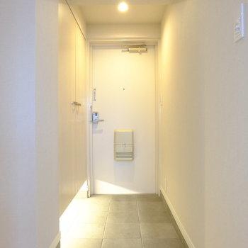 間接照明がおしゃれな玄関です(※写真は8階の同間取り別部屋のものです)