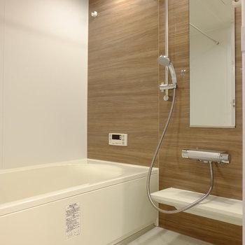 ゆったり広々なお風呂で優雅なバスタイムを(※写真は8階の同間取り別部屋のものです)