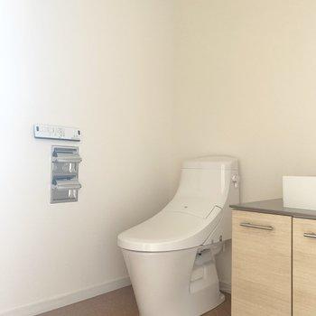 脱衣所にトイレ。ウォシュレット付きです。(※写真は7階の反転間取り別部屋のものです)