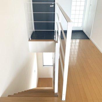 さ、おまちかね。階段降りていきましょ〜(※写真は7階の反転間取り別部屋のものです)
