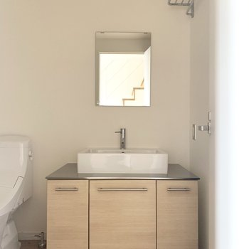 ホテルライクな洗面所。(※写真は7階の反転間取り別部屋のものです)