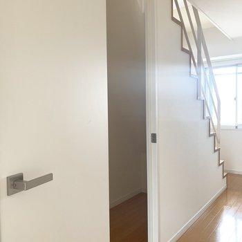 と、その前に階段下収納うれしい、、!(※写真は7階の反転間取り別部屋のものです)