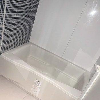 浴槽もゆったり〜(※写真は7階の反転間取り別部屋、フラッシュ撮影のものです)