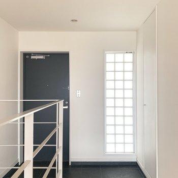 なんともスタイリッシュな玄関です。(※写真は7階の反転間取り別部屋のものです)