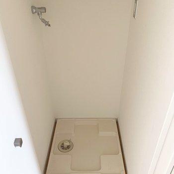 扉を開けるとでてきた洗濯パン。(※写真は7階の反転間取り別部屋のものです)