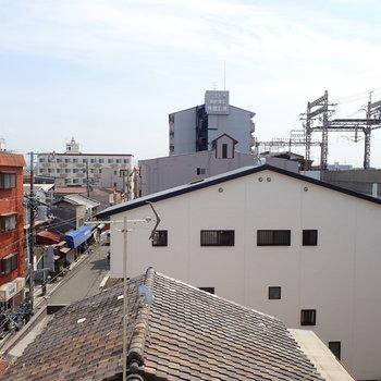 もうひとつの窓からは線路の高架が見えます。
