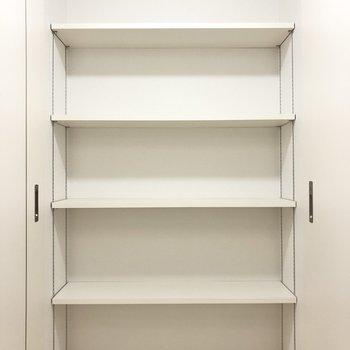 こちらの棚は用途に合わせて高さを変えられます!(※写真は2階の同間取り別部屋のものです)