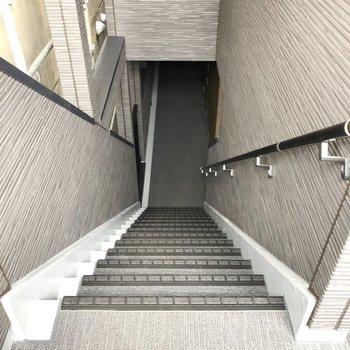 階段を使ってお部屋まで。
