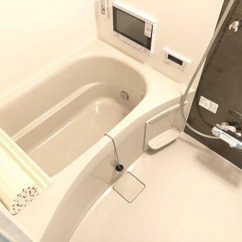 お風呂はTV付きで立地な空間に。そして、嬉しい浴室乾燥機付き!(※写真は2階の同間取り別部屋のものです)