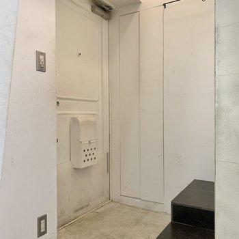 玄関扉もホワイト。※写真はクリーニング前のものです
