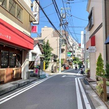 駅までの道にはコンビニや美味しそうなパン屋さんにカフェなども。