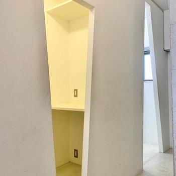 収納スペース入り口は三角〜。まずは手前から。