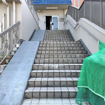 エントランスまでは階段がありました。
