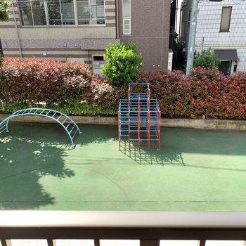 下を見ると幼稚園の遊び場でした。