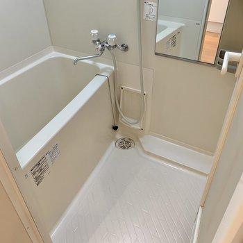 バスルームは清潔感あるホワイト。